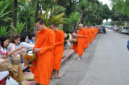 Tak bat: ritual em que os monges recebem oferendas da população